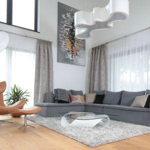 Delikatne zasłony stanowią ładną dekorację dużych okien. Projekt: Agnieszka Hajdas-Obajtek. Fot. Bartosz Jarosz