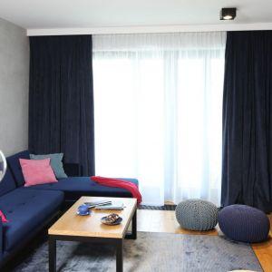 Granatowe zasłony doskonale pasują do tapicerki narożnika. Tworzą też fajnych kontrast z różowymi dodatkami. Projekt: Maciejka Peszyńska-Drews. Fot. Bartosz Jarosz