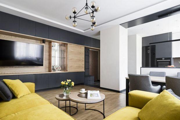 Jak ładnie wykończyć ścianęza telewizorem w salonie? Jaki materiał wybrać? Farbę, cegłę, a może drewniane panele? Polecamy kilka pomysłowych rozwiązań na wykończenie ściany z telewizorem w salonie.