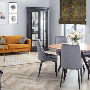 Welwetowy pokrowiec na trzyosobową sofę Karlstad z oferty IKEA. Od 620 zł, Dekoria
