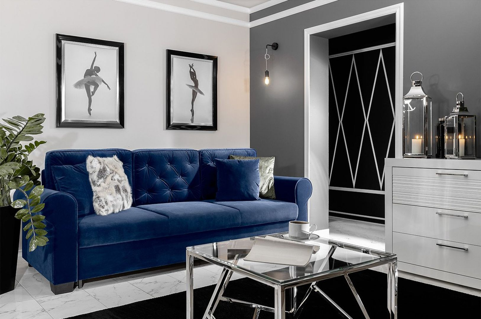 Trzyosobowa sofa Arles w welurowej tkaninie w modnym granatowym odcieniu. 2129 zł, fot. Black Red White