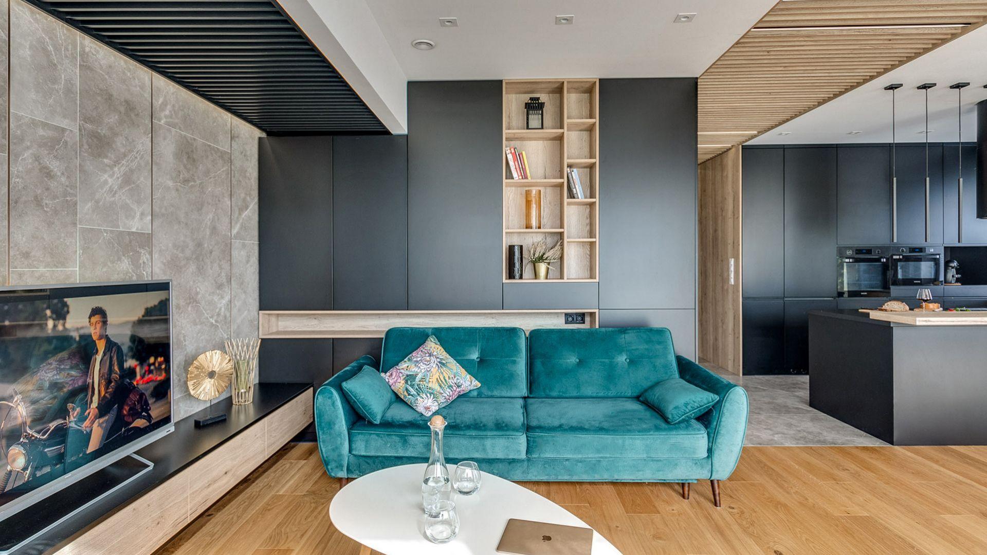 Welwetowa sofa w modnym turkusowym kolorze dodaje charakteru temu nowoczesnemu wnętrzu. Projekt: Marta Kilan, Anna Kapinos, Tomasz Słomka. Fot. Radosław Sobik