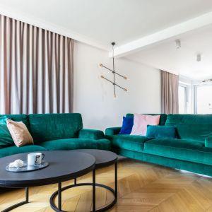 W salonie stanęły dwie kanapy w welwetowym obiciu z butelkowej zieleni. Projekt: Weronika Budzichowska, To Be Design. Fot. Marta Behlig / Pion Poziom Fotografia Wnętrz