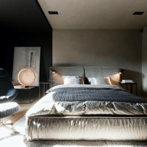 Na piętrze znajduje się przytulna sypialnia właścicieli, utrzymana w ciemnej kolorystyce. Projekt: Anna i Krzysztof Paszkowscy-Thurow. Fot. Bartłomiej Bieliński