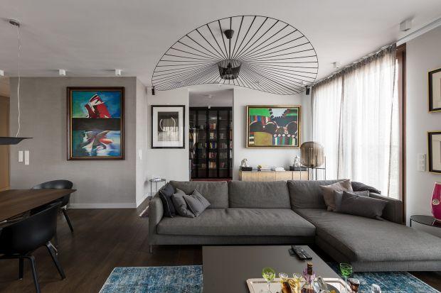 Oświetlenie w salonie pełni nie tylko funkcje użytkowe. To także ozdoba wnętrza, dlatego warto wybierać je starannie.