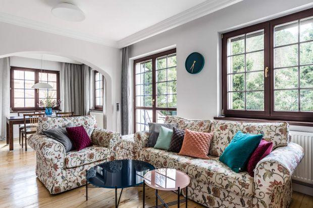 Jasne, przestronne wnętrze pięknie ożywiają kolorowe dodatki, które nadają mu również bardzo osobisty charakter. Biel i szarości doskonale równoważy zaś drewno. To dzięki niemudom jest przytulny i urokliwy.<br /><br /><br /