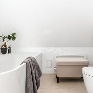 W łazience znajduje się wygodna wanna. Projekt: Magdalena Bielicka, Maria Zrzelska-Pawlak, Pracownia Magma. Fot. Fotomohito