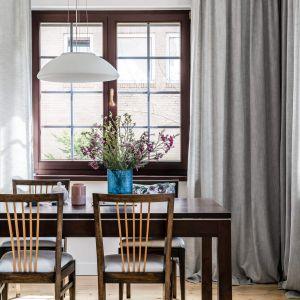 Drewniane elementy doskonale ożywiają jasne wnętrze.  Projekt: Magdalena Bielicka, Maria Zrzelska-Pawlak, Pracownia Magma. Fot. Fotomohito