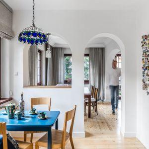 Wzrok przykuwa, wisząca nad małym stołem w kuchni stara lampa witrażowa – jeden z elementów, który jest w tym domu od zawsze. Projekt: Magdalena Bielicka, Maria Zrzelska-Pawlak, Pracownia Magma. Fot. Fotomohito