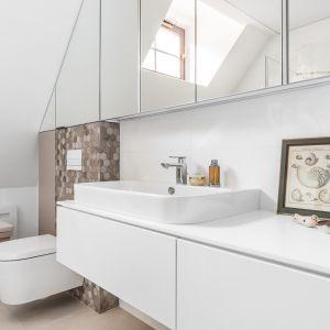 Łazienkę urządzono w jasnych kolorach, w przewagą bieli.  Projekt: Magdalena Bielicka, Maria Zrzelska-Pawlak, Pracownia Magma. Fot. Fotomohito