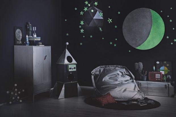 Elementy świecące w ciemności toświetny pomysł na nietuzinkową dekorację w pokoju dziecka.Jednak nie tylko! Dzięki nim wułatwimy sobie znalezienie włącznika światła lub oznaczymy schody.