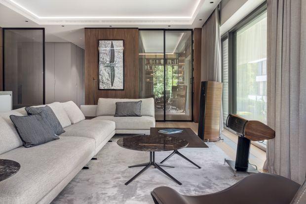 Ten 180-metrowy apartament to królestwo naturalnych materiałów i najlepszego wzornictwa od światowych marek reprezentowanych w Polsce przez Mesmetric Atelier. Za projekt odpowiadała pracownia architektoniczna BAJERSOKÓŁ team. Wnętrze możemy uzna�