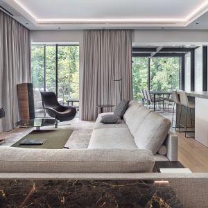 W salonie wzrok natychmiast przyciąga duża sofa Mondrian włoskiej marki Poliform (Mesmetric Atelier). Projekt BAJERSOKÓŁ team. Foto Tom Kurek