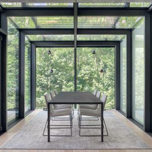 W jadalni może zachwycić nie tylko widok z okien, ale także stół Tense Material Wood (marka MDF Italia). Projekt BAJERSOKÓŁ team. Foto Tom Kurek