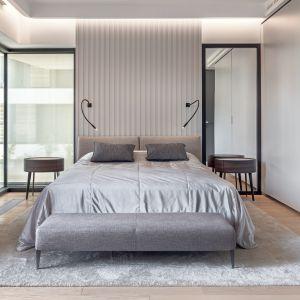 Centralne miejsce w sypialni zajmuje dwuosobowe łóżko Selene marki B&B Italia. Projekt BAJERSOKÓŁ team. Foto Tom Kurek