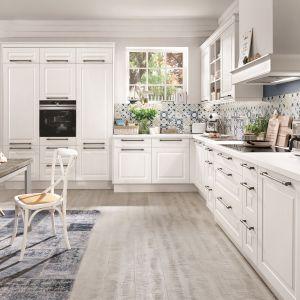 Bardzo klasyczna biała kuchnia dla miłośników tradycji, porządku i dobrego stylu. Fot. Verle Kuchen