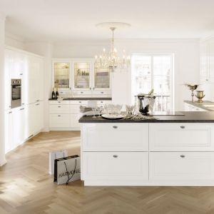 Biała kuchnia w klasycznym, ale lekkim i nieco unowocześnionym stylu. Fot. Alno