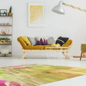 Żółta kolorystyka to strzał w dziesiątkę jeśli marzymy o nowej jesiennej aranżacji naszego salonu. Fot. Newmor