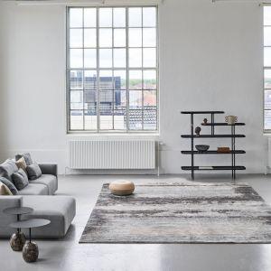 W nowoczesnym wnętrzu dywan sprawdzi się bardzo dobrze, zwłaszcza taki w chłodnych szarych odcieniach. Fot. Carpets&More