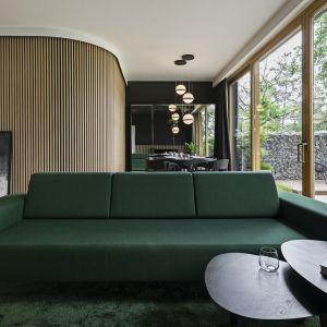 Sofa w kolorze butelkowej zieleni. Projekt KAEL Architekci foto Rafał Chojnacki