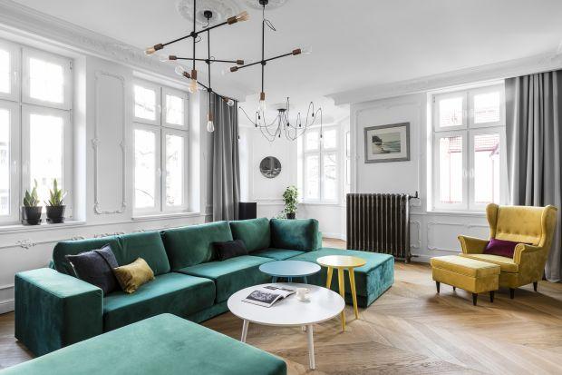 Kolorowe sofy to must have tego sezonu. Zobacz jak prezentują się w salonie.