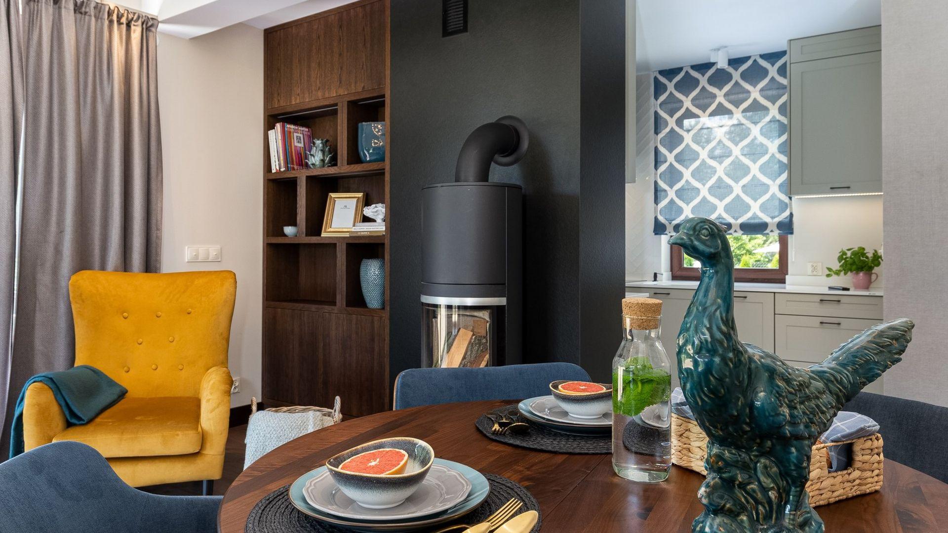 Fotel w kolorze musztardowym wpisuje się w retro klimat wnętrza. Projekt Studio Decorfoto Promofocus.pl Karol Kleszyk