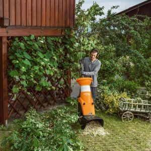 Rozdrabniacz ogrodowy Stihl GHE 150 spokojnie poradzi sobie z gałęziami i liśćmi ze średniej wielkości ogrodu. Fot. Sthil