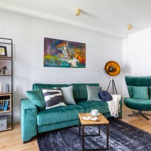 W małym salonie sprawdzi się układ mała kanapa + fotel oraz niewielki stolik kawowy. Projekt Decoroom. Zdjęcia i stylizacja Marta Behling  Pion Poziom Fotografia Wnętrz