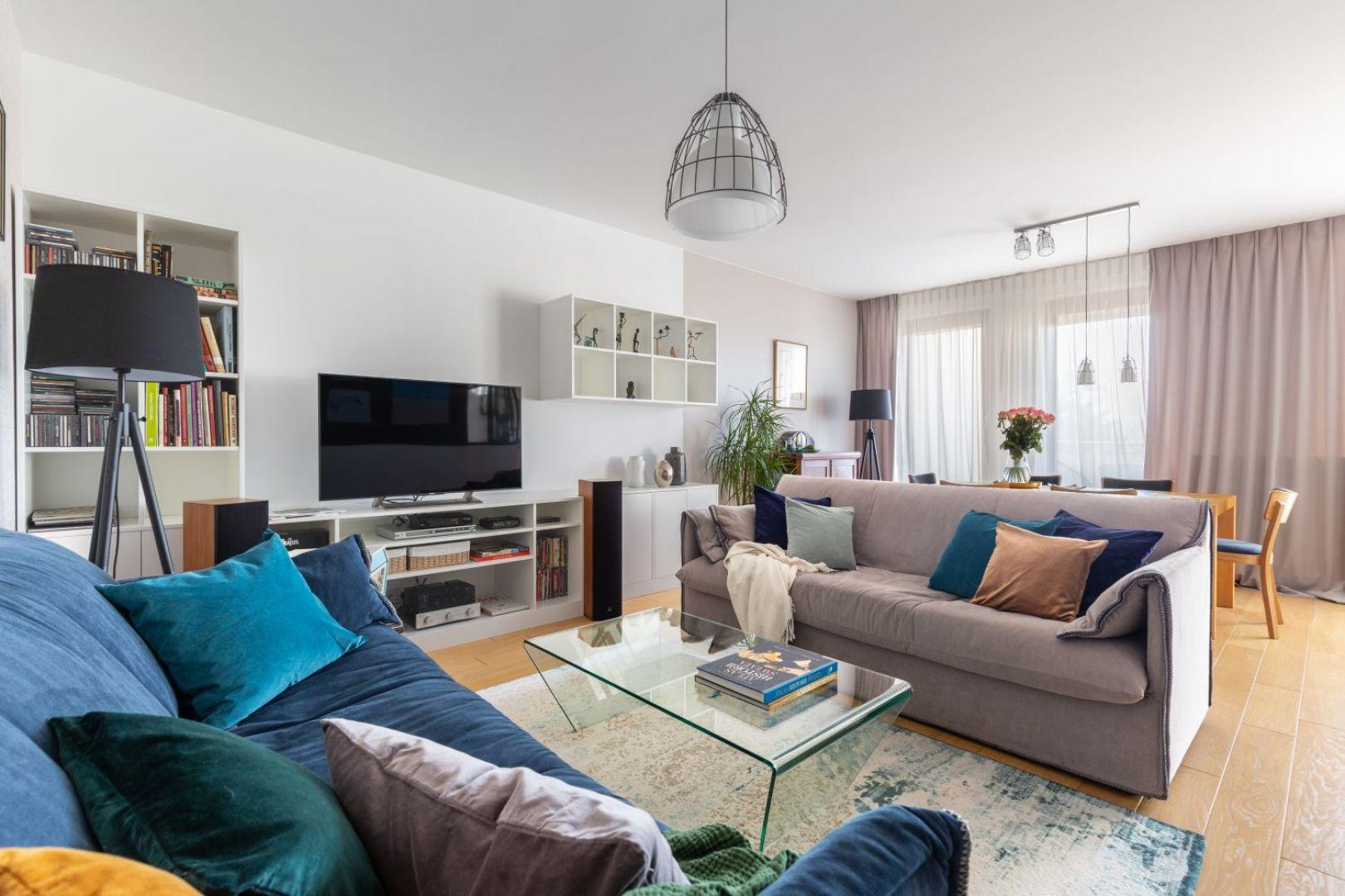 W dużym salonie takim jak ten na zdjęciu najwygodniejsze będą dwie kanapy ustawione do siebie równolegle. Projekt Katarzyna Rohde. Fot. Marta Behling, Pion Poziom