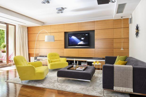 W ciepłym i przytulnym salonie nie może zabraknąć drewna. Zobaczcie jak prezentuje się ono na ścianie.