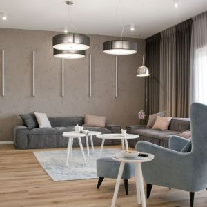 Salon zaprojektowano jasno, nowocześnie i przytulnie. Projekt: Ewelina Mikulska-Ignaczak. Fot. Jakub Ignaczak, K1M1