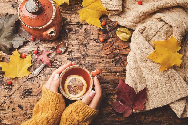 Na poprawę naszej kondycji fizycznej i psychicznej najlepsza jest mocno rozgrzewająca herbata z naturalnymi dodatkami. Możemy skorzystać z gotowych mieszanek zawierających takie przyprawy jak kurkuma, korzeń imbiru lub wzbogaconych owocami jagodowym
