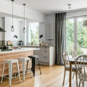 Otwarta część dzienna z salonem, jadalnią i kuchnią dzięki zastosowaniu naturalnych materiałów i wzorów jest świetną przestrzenią do odpoczynku. Projekt Magdalena Dąbrówka, Kształt Rzeczy. Zdjęcia Fotomohito