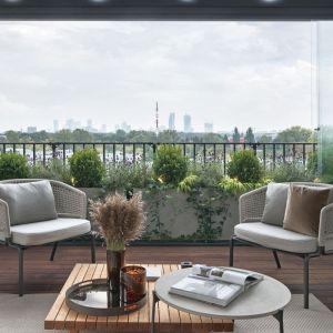 W tym pięknym apartamencie salon i taras tworzą jedną wspólną, zieloną przestrzeń. Projekt Katarzyna Kraszewska. Fot. Tom Kurek