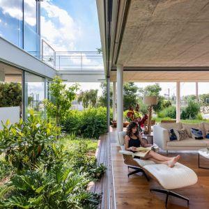 W tym domu cały parter zaprojektowano jako jedną wielką przestrzeń salonowo-ogrodową. Projekt i zdjęcia Christos Pavlou Architecture