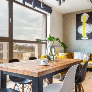 Przytulny i urządzony w naturalnym stylu apartament na Bemowie. Projekt i zdjęcia: Decoroom