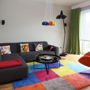 Dywan w kolorowe kwadraty doskonale ożywia nowoczesny salonu. Idealnie pasuje również do innych, kolorowych elementów aranżacji. Całość jest super. Projekt: Luzia Jodłowska. Fot. Bartosz Jarosz
