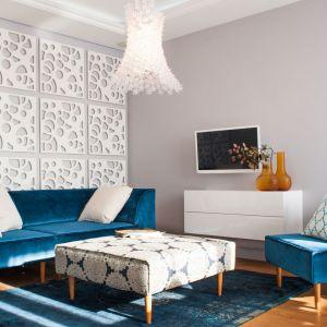 Niebieski dywan ładnie prezentuje się na drewnianej podłodze. Projekt: Arkadiusz Grzędzicki. Fot. Adam Ościłowski