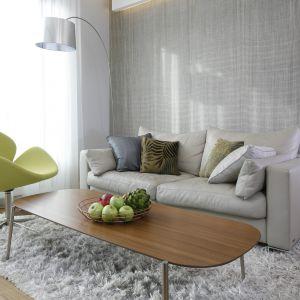 Elegancki stolik z drewnianym blatem doda wnętrzu szyku. Projekt Agnieszka Hajdas-Obajtek