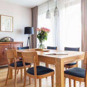 Właściciele tego salonu zdecydowali się na zestawienie firanki _ ciężki beżowe zasłony. Projekt Katarzyna Rohde. Fot. Marta Behling, Pion Poziom