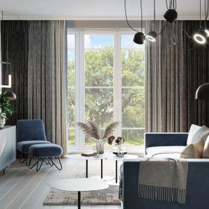 W tym salonie projektantka postawiła na ciężki i grube zasłony w gradiencie. Projekt i wizualizacje Agnieszka Rozmysłowicz, Viann Interior Design