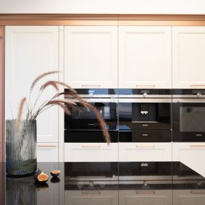 Projekt kuchni stworzony przez markę ernestrust przyciąga swoją niecodzienną postępowością i spójnością. Na zdj. Kuchnia na miedziany połysk od ernestrust