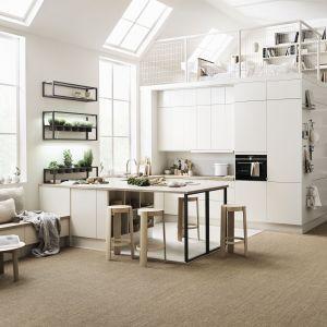 Kuchnia cała na biało jest uniwersalna i ponadczasowa. Fot. Marbodal