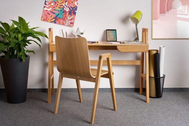 Praca zdalna to w dalszym ciągu konieczność wielu z nas. Jak zorganizować sobie miejsce do pracy, kiedy miejsca w mieszkaniu brak? Z pomocą przychodzą nam podręczne i ładne biurka - zobaczcie 5, które z pewnością warto wziąć pod uwagę!