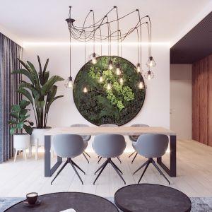 Jadalnia jest tu częścią otwartej strefy dziennej. Uwagę zwraca piękna dekoracja w postaci zielonej ściany. Autorka projektu  wizualizacji: Edyta Bystroń, Pracownia Projektowania Wnętrz Loci