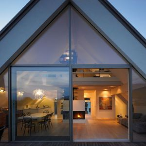 Domy w stylu modern barn prezentują się doskonale, kiedy ich głównym motywem kompozycyjnym są duże przeszklenia. Najlepiej zaplanować je od południowej strony. Fot. Saint-Gobain Building Glass