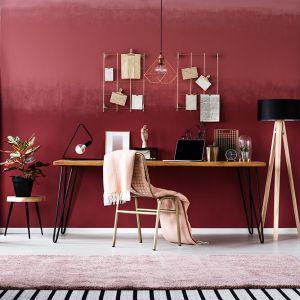 Kolor jesiennego wina i błysk złota - takie aranżacje wkraczają na nasze salony po kilku sezonach królowania bieli, szarości, minimalizmu i skandynawskiej prostoty. Fot. Dekoral