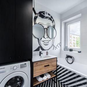 Małą łazienkę z wanna urządzono bardzo wygodnie. Projekt: Marta Piórkowska-Paluch. Fot. Andrzej Czechowicz, Foto Studio Wrzosy