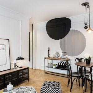 Białe ściany doskonale pasują do jasnej, drewnianej podłogi w pięknym wybarwieniu. Projekt: Marta Piórkowska-Paluch. Fot. Andrzej Czechowicz, Foto Studio Wrzosy