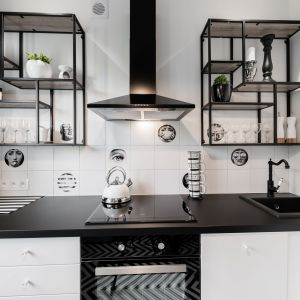 Otwarte półki doskonale wpisują się stylistykę kuchni. Projekt: Marta Piórkowska-Paluch. Projekt: Marta Piórkowska-Paluch. Fot. Andrzej Czechowicz, Foto Studio Wrzosy